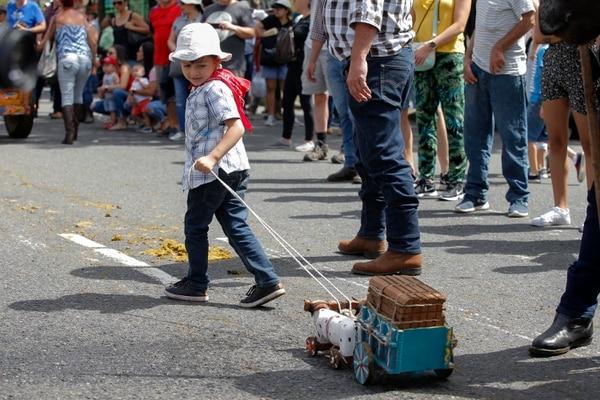 El niño Carlos Andrés Guzmán, de El Carmen de Guadalupe, jaló su propia yunta de bueyes -de juguete- durante el desfile. Fotos: Mayela López