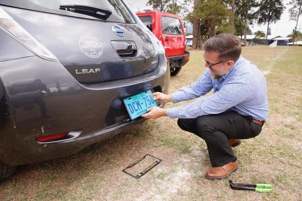 Carlos Wálker Uribe revisa las nuevas placas para su vehículo. Durante la entrega, comentó que sus costos pasaron de unos ¢80.000 al mes en combustible a unos ¢20.000 en electricidad / Albert Marín.