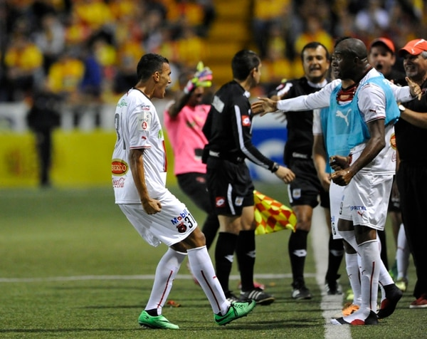Osvaldo Rodríguez celebra con Jerry Palacios tras anotar el empate de Alajuelense ante Herediano.