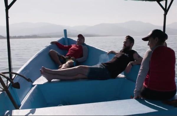 En medio de la faena para pescar en el Pacífico costarricense, Javier Peña descubrió la esencia del pura vida junto a un matrimonio de pescadores artesanales. Captura de pantalla
