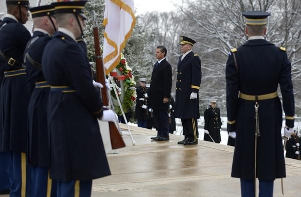 El presidente Enrique Peña Nieto participa en un homenaje en la tumba del Soldado Desconocido en el Cementerio Nacional de Arlington.   EFE