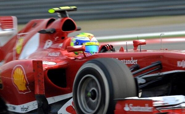 El brasileño Felipe Massa conduce este viernes su Ferrari en el Gran Premio Chino. / AFP