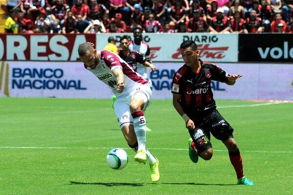 El brasileño Henrique Moura (izquierda) le ganó el duelo al manudo Bryan Jiménez en el pasado clásico nacional.
