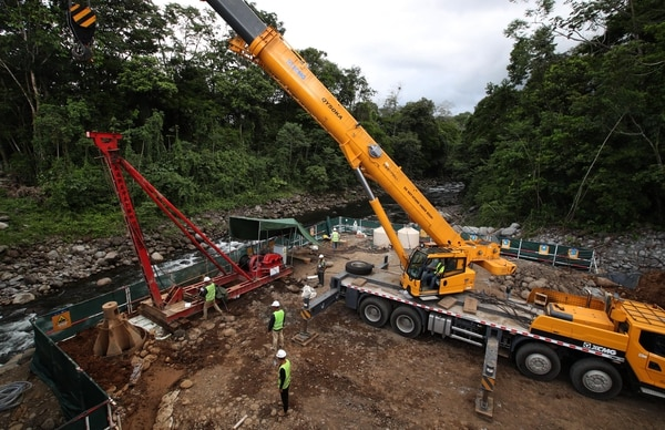 Los trabajadores de CHEC trabajan en la construcción del nuevo puente sobre el río Blanco, en la ruta 32 a la altura de Pococí. Fotografia: Graciela Solis