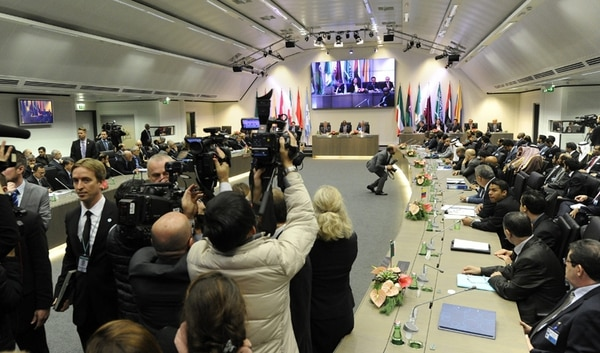 La reunión de la OPEP, el viernes en Viena, fracasó en su idea de acordar una menor producción para elevar las cotizaciones. Mientras, Arabia Saudí y los países del Golfo insisten en su estrategia de precios bajos. | EFE