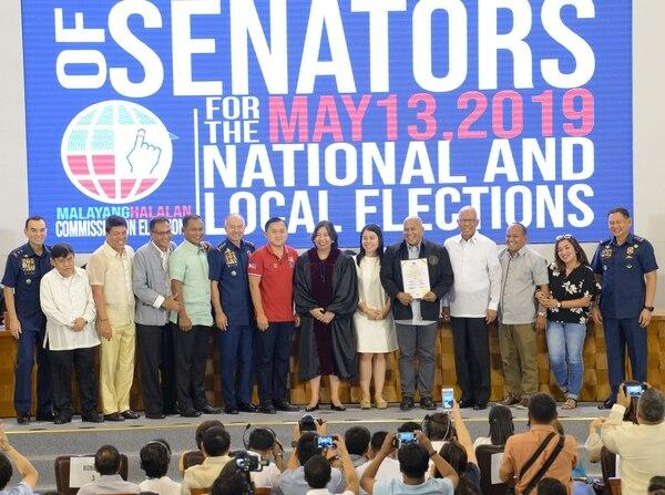 El exjefe de la Policía nacional filipina y ahora el senador Ronald de la Rosa (quinto a la derecha) posa para fotos con el senador y asesor de larga data del presidente Rodrigo Duterte, Bong Go (centro en rojo). Foto: AFP