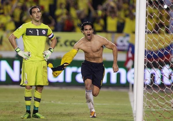 El héroe de la clasificación, su estrella Radamel Falcao García (der.), festejó así su gol a Chile, que fue el tercero de los cafeteros, para el histórico 3-3 en Barranquilla. | EFE