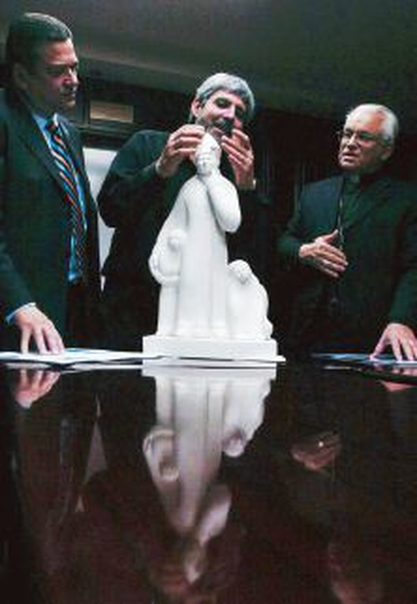 Jiménez Deredia (al centro) explica en el 2006 a Johnny Araya (izquiera) y a monseñor Hugo Barrantes maqueta del monumento al pontífice Juan Pablo II.
