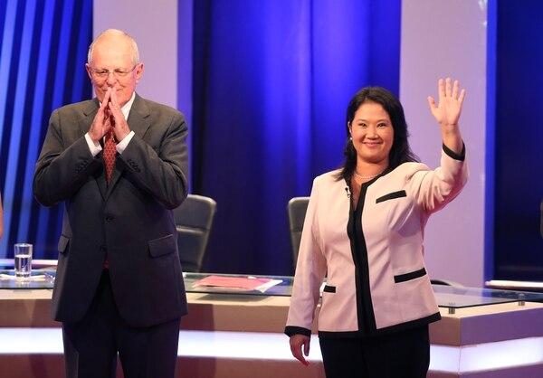Los candidatos presidenciales Pedro Pablo Kuczynski y Keiko Fujimori saludan a los asistentes del primer debate de planes de gobierno de la segunda vuelta electoral de Perú.