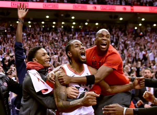 Kawhi Leonard (centro) celebra la victoria de los Toronto Raptors ante los Philadelphia 76ers en el juego siete e la serie. FOTO: Frank Gunn/The Canadian Press via AP