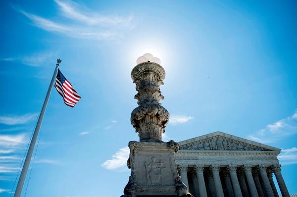 La Corte Suprema de Estados Unidos aceptó, este lunes, examinar el controvertido decreto migratorio del presidente Donald Trump.