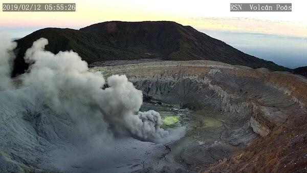 Durante este martes la actividad del Poás persiste y el material volcánico es dispersado hacia el suroeste. Foto: RSN para LN
