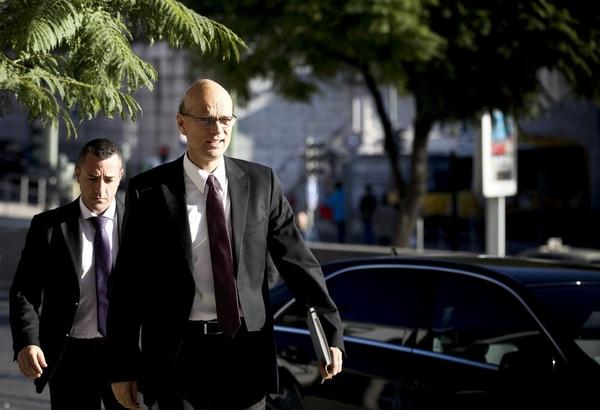 El representante del BCE, Rasmus Ruffer, a su llegada a una reunión de la troika.