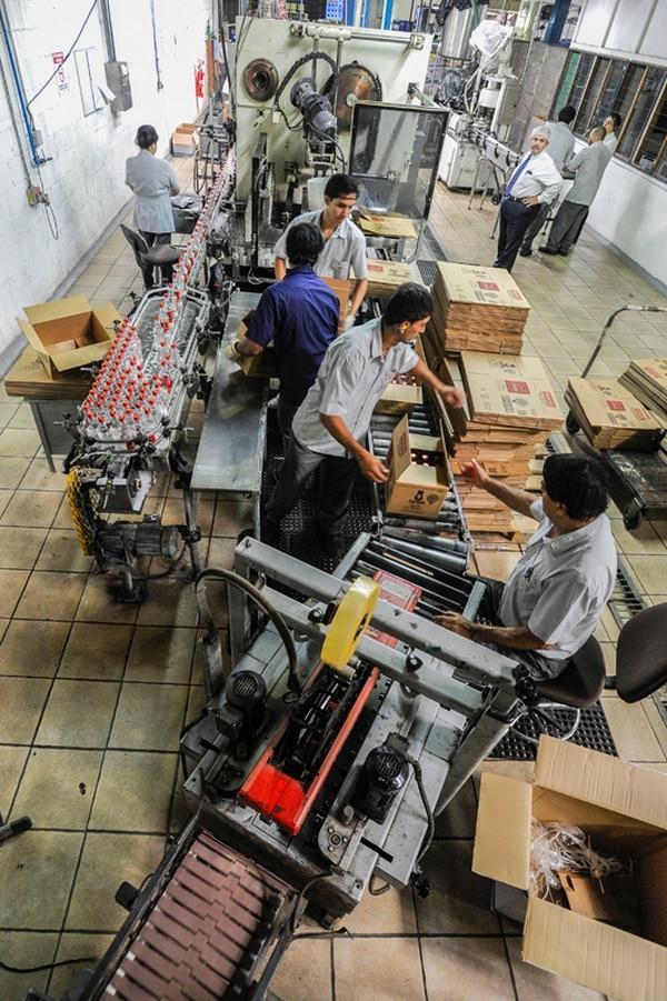 La Fanal produce aguardientes, entre ellas el guaro Cacique, así como rones y cremas. Según el CNP, en los últimos 10 años le ha pagado al Estado ¢83.000 millones en cargas tributarias. | LUIS NAVARRO.