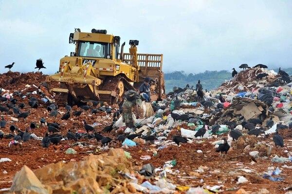 La basura que producen los vecinos de este cantón josefino es enviada a Puntarenas ante la falta del visto bueno para el terreno donde originalmente se tenía planeado ubicar el nuevo relleno sanitario. | ARCHIVO