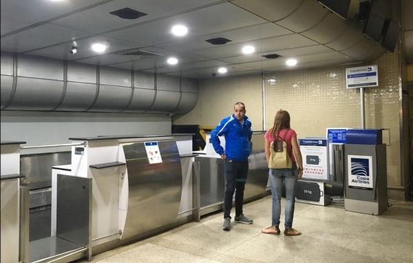 Dos pasajeros esperaban este viernes 6 de abril del 2018 en el mostrador de Copa en el aeropuerto internacional de Caracas. El Gobierno venezolano dispuso la víspera la suspensión de los vuelos de esa aerolínea.
