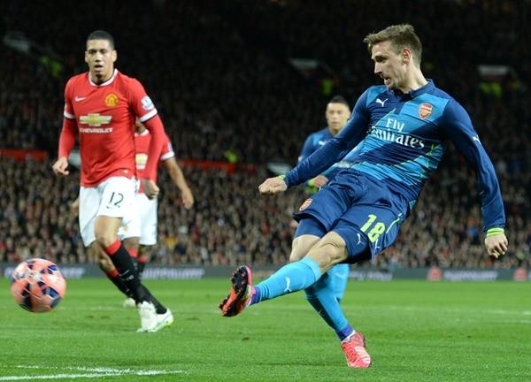 El defensor español Nacho Monreal concretó el primer gol del Arsenal en el triunfo ante Manchester United en cuartos de final de la FA Cup.