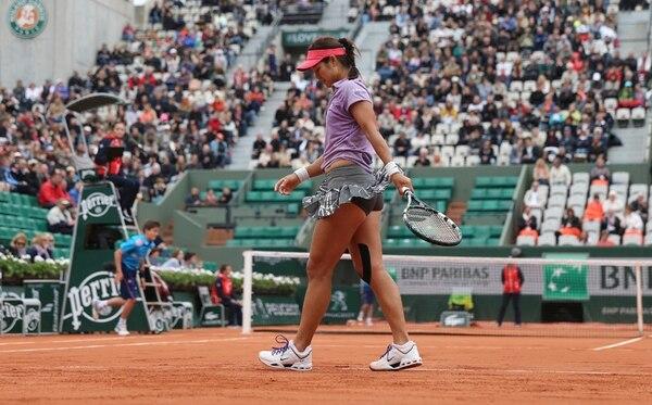 La china Li Na muestra su frustración durante el partido de ayer, y en el que perdió ante la francesa Kristina Mladenovic, apenas en primera ronda.   AP