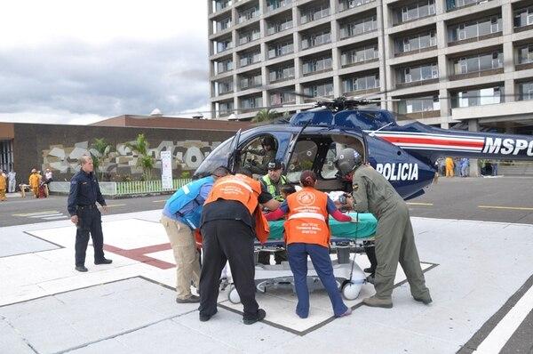 La menor llegó hacia 10 a. m. al helipuerto del Hospital México, donde la esperaba una ambulancia del Hospital Nacional de Niños. Este helicóptero MSP-008 ha realizado siete traslados de emergencia este mes. | MSP PARA LN.