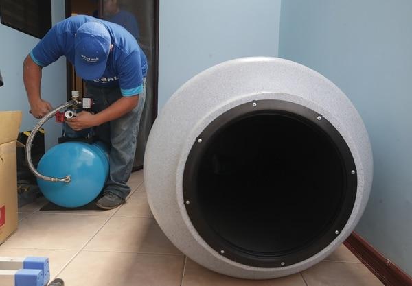Instalación de tanques de agua por parte del la empresa Ecotank. Wilson Monge es quien realiza el trabajo. / Fotografía: John Durán