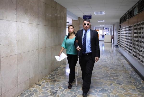 Fotografía tomada en julio del 2018, en el momento en el que el exdiputado del PASE Óscar López salió de una entrevista en la Fiscalía Adjunta de Probidad, Transparencia y Anticorrupción, en el segundo piso del edificio de los Tribunales de Justicia, en San José. Foto: Mayela López