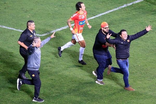 Jafet Soto, gestor del título florense gerente y como técnico, festeja su primer título como timonel. Foto: Rafael Pacheco
