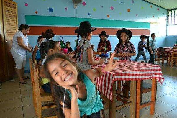 Niños de la escuela Pedro Pérez, en Pérez Zeledón, disfrutan su fiesta de la alegría para cerrar el curso lectivo 2013.