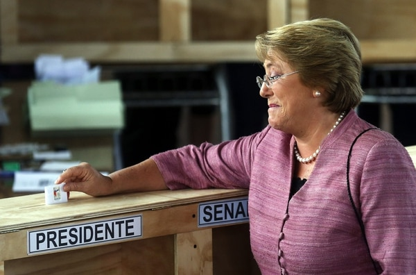 La candidata presidencial de la Nueva Mayoría, Michelle Bachelet, emitió su voto, hoy 17 de noviembre de 2013, en la comuna de La Reina, en Santiago de Chile. Más de 12 millones de chilenos están llamados hoy a votar en las elecciones presidenciales y parlamentarias del país.