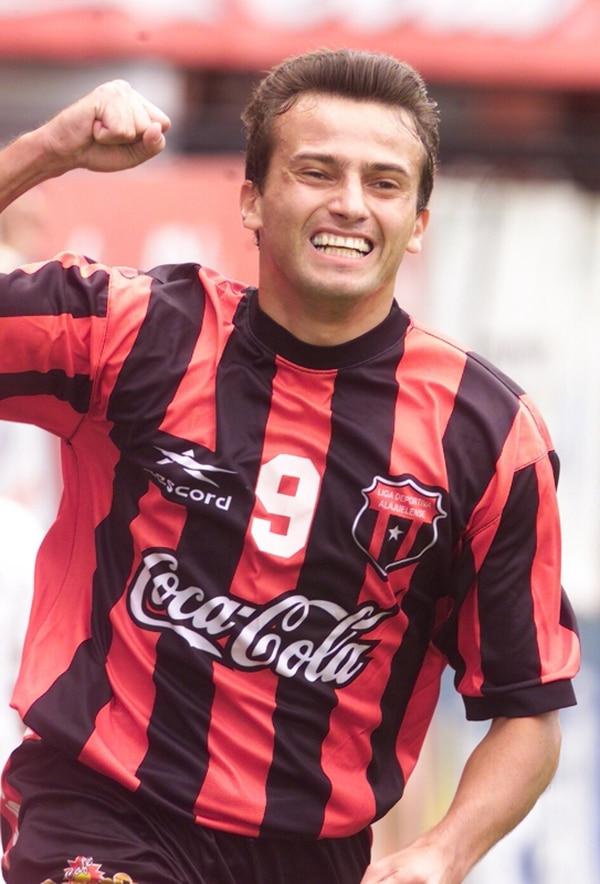 Josef Miso se constituyó en el mejor goleador extranjero de la historia del balompié nacional, con 88 anotaciones en cuatro clubes ticos. | ARCHIVO LN