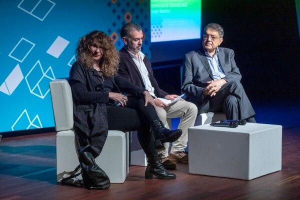 Conversatorio con los escritores nicaragüenses Sergio Ramírez y Gioconda Belli en Centroamérica Cuenta, junto con Alvaro Rojas. Fotografía José Cordero