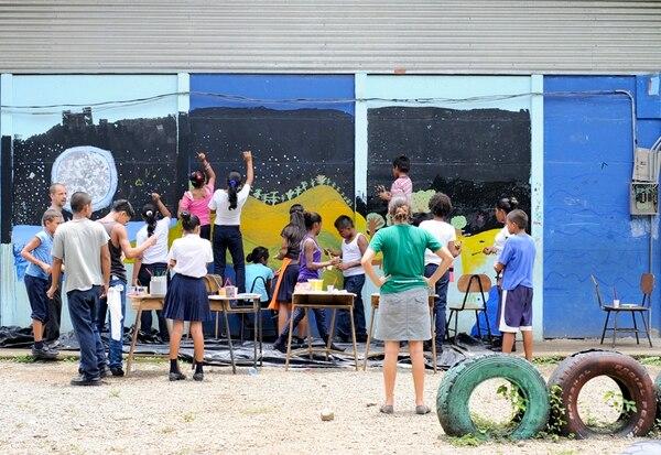 Los escolares de Hone Creek hicieron un mural para representar lo aprendido en los talleres. Estos educadores usan la geografía para enseñar a los niños a ubicarse en el espacio (foto superior). | J. CORDERO