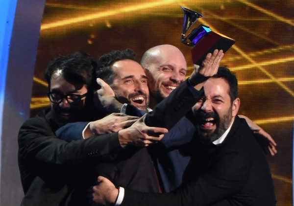 De oro. Jorge Drexler (con la estatuilla) recibió el premio a la grabación del año por su canción Universos paralelos , que realizó con Ana Tijoux. AFP.