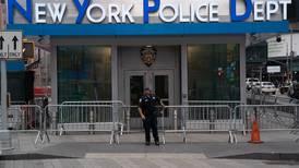 Alcalde de Nueva York obliga a policías y bomberos a vacunarse contra covid-19