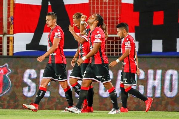 En Alajuelense creían que Jonathan McDonald y José Miguel Cubero (izq.) podían ser convocados para los fogueos de la Selección. Fotografía: José Cordero