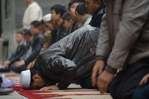 Fieles musulmanes participaban en la oración tradicional del viernes en una mezquita en la ciudad de Pekín. | AFP