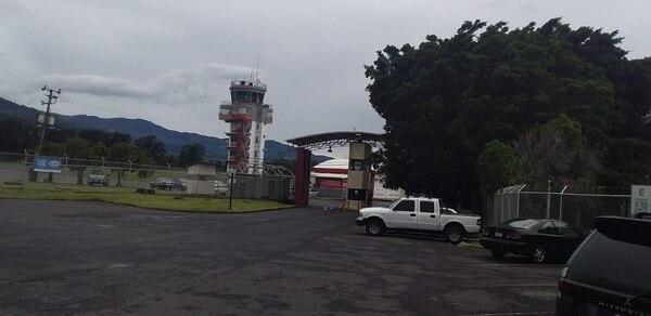 La coordinación entre la torre de control del Tobías Bolaños y el piloto fue determinante para que el aterrizaje fuera lo menos violento posible. Foto: Hugo Solano/Archivo
