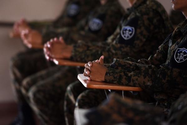 Los soldados de las Fuerzas Especiales de Reacción (FER) entrenan en la base militar de las Fuerzas Armadas de El Salvador, en Ilopango. Las FER fueron creadas para luchar contra el aumento de la violencia de las pandillas.