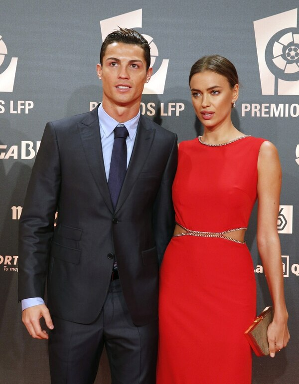 El delantero portugués del Real Madrid, Cristiano Ronaldo, acompañado por la modelo Irina Shayk, a su llegada a la gala de entrega de los Premios LFP, celebrada hoy en el auditorio Príncipe Felipe de Madrid.