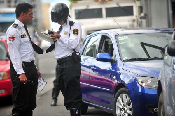 La Policía de Tránsito realiza operativos para vigilar que los vehículos porten al día el derecho de circulación, de no portarlo los conductores se exponen a multas y al retiro de las placas.