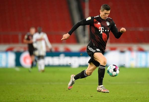 Robert Lewandowski, del Bayern Múnich, conduce la pelota en el juego de este sábado ante el Stuttgart. Fotografía: AFP