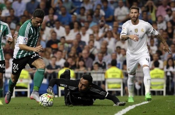 Keylor Navas se estira y le roba el balón al delantero del Betis Rubén Castro en jugada del primer tiempo.
