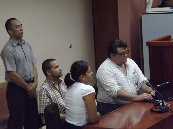 El trailero Víctor Hugo Chaves Valle (sentado, centro) fue sentenciado ayer a 15 años de prisión por seis homicidios culposos. Él escuchó la lectura del por tanto en el Tribunal Penal de Liberia.   CARLOS VARGAS
