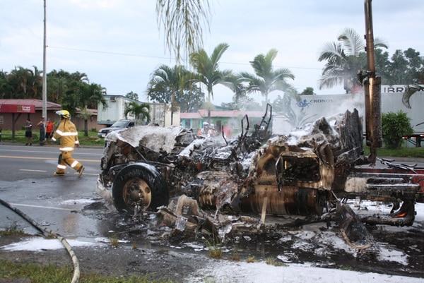 El conductor logró salir del cabezal antes de que este fuera consumido por las llamas, tras el choque contra la motocicleta. Los bomberos evitaron que la carreta del furgón se quemara. | REINER MONTERO
