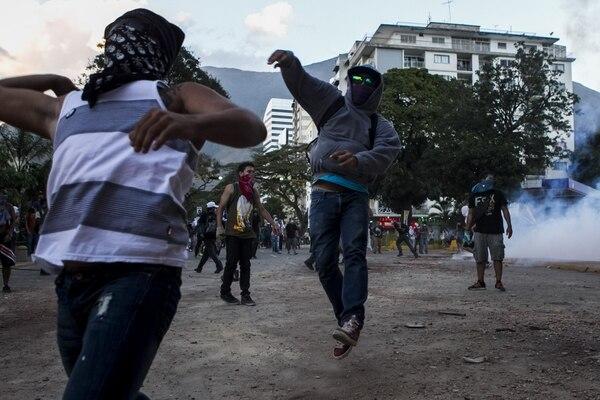 Este lunes, manifestantes se enfrentaron a miembros de la Policía Nacional Bolivariana (PNB) durante una protesta en contra del gobierno de Nicolás Maduro.