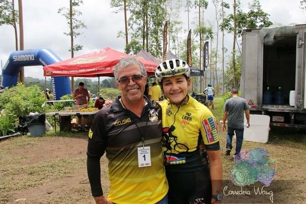El exciclista y entrenador Guido Blanco, junto a la ciclista Mónica Montero, durante una de las competencias de la Copa AM PM. Cortesía: Mónica Montero