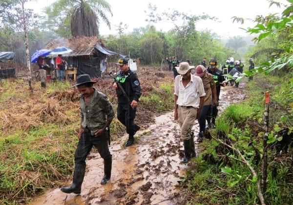 Los precaristas fueron vigilados por la Fuerza Pública para que abandonaran la zona sin generar algún tipo de enfrentamiento. | EDGAR CHINCHILLA