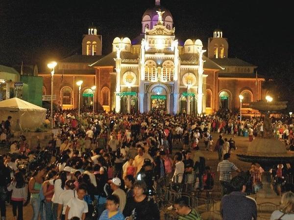 La celebración del hallazgo de la imagen reúne a gran cantidad de fieles en la basílica de los Ángeles, en Cartago.
