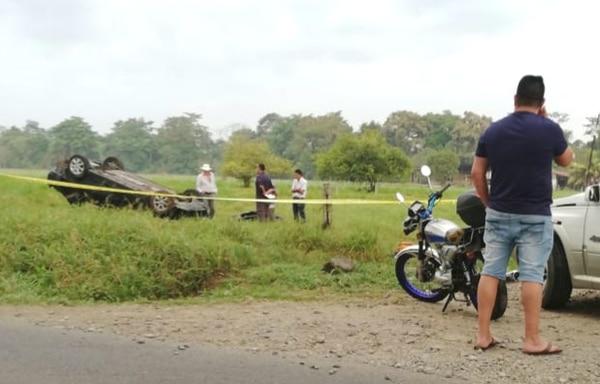 En La Fortuna de San Carlos se volcó el automóvil que manejaba Beiman Sneyder Laguna Chavarría. Foto: Édgar Chinchilla.