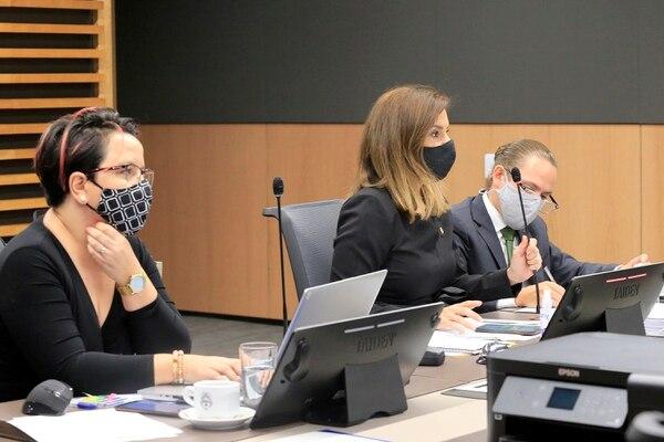 Comisión de Hacendarios presidida por la liberacionista Silvia Hernández (al centro). Junto a ella, a la izquierda, Laura Guido, del PAC. Foto: Rafael Pacheco