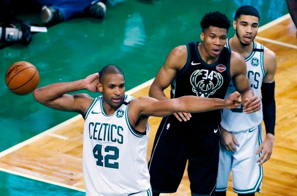 El dominicano Al Horford (42), de los Celtis, celebra una anotación contra los Bucks en Boston. Foto: Michael Dwyer, AP